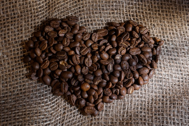Ziarna kawy w kształcie serca na szorstkim płótnie