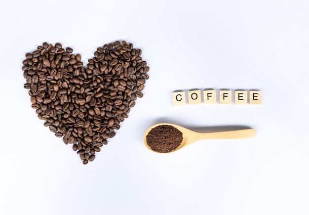 Ziarna kawy w kształcie serca z słowo kawy