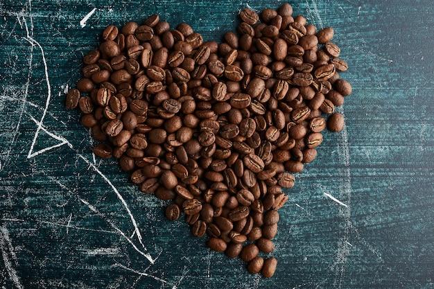 Ziarna kawy w kształcie serca.