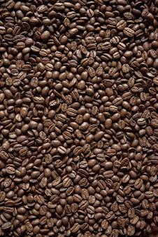 Ziarna kawy w pionie ułożone świetnie na tle lub blogu
