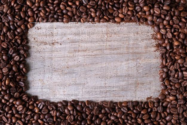 Ziarna kawy, w środkowym drewnianym stole