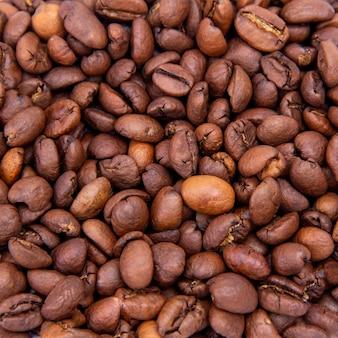 Ziarna kawy w tle.