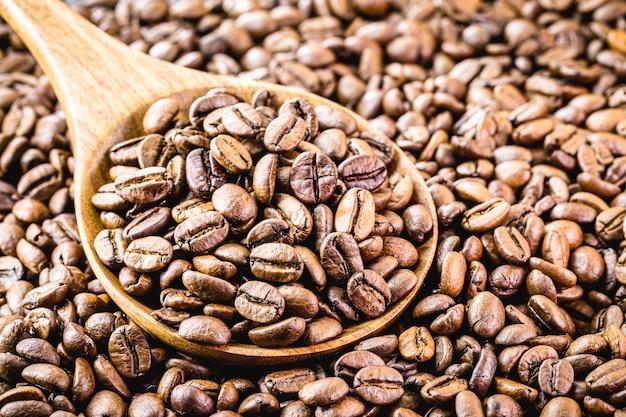 Ziarna kawy z drewnianą łyżką, wybrana kawa arabska