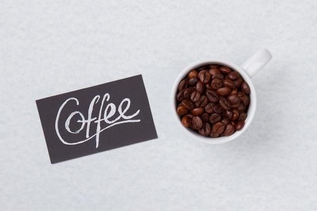 Ziarna kawy z widokiem z góry zebrane w białej filiżance