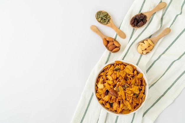 Ziarna płatki kukurydziane (orzechy nerkowca, migdały, pestki dyni i słonecznik). zdrowa żywność wieloziarnista