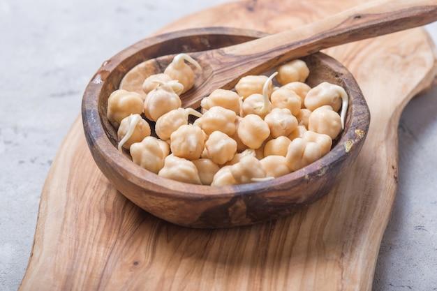 Ziarna porośnięte ciecierzyca z kiełkami. wegetarianizm. zdrowa dieta.