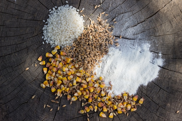 Ziarna żywności mix na tle drewniane