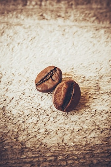 Ziarno kawy. kubek kawy. selektywna ostrość.
