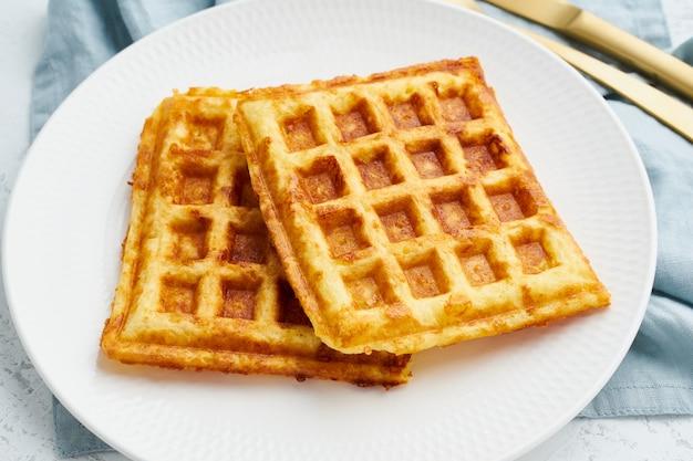 Zięba, dieta ketogeniczna zdrowa żywność. domowe gofry keto z jajkiem, mozzarellą