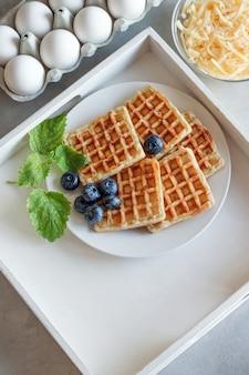 Zięby z jagodami. gofry z jajkiem i serem na śniadanie. dieta ketonowa. wafel serowy