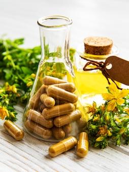 Ziele dziurawca i ziołowe tabletki lecznicze