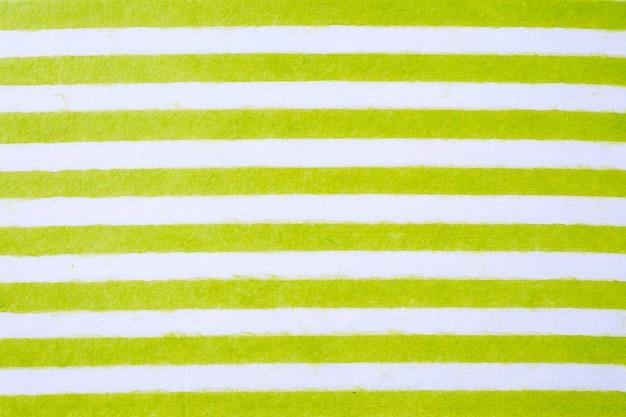 Zieleń i biel paskujący wzór na morwa papierze textured tło, szczegółu zakończenie
