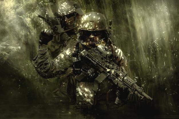 Zieleni berets żołnierze w dżungli