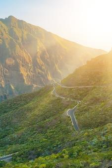 Zieleni gór wzgórza i wijąca droga blisko masca wioski na słonecznym dniu, tenerife, wyspy kanaryjska, hiszpania