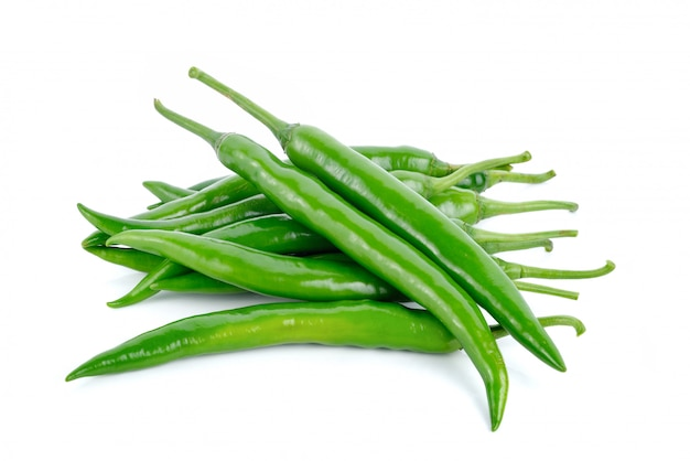 Zieleni gorącego chili pieprze odizolowywający na bielu