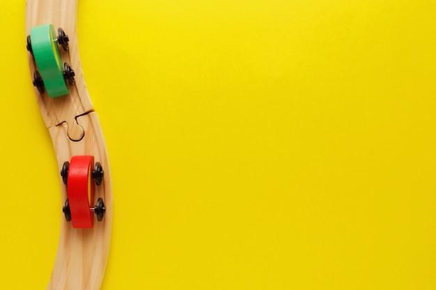 Zieleni i czerwoni samochody na drewnianej kolei