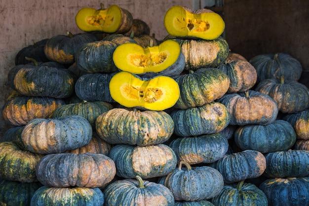 Zieleni i żółci warzywa przy rynkiem w tajlandia