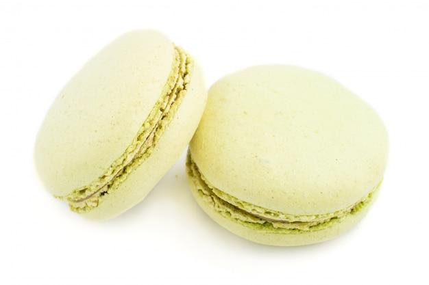 Zieleni macarons lub macaroons torty odizolowywający na białym tle