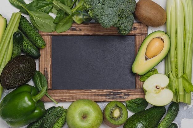 Zieleni owoc i warzywo na białym tle
