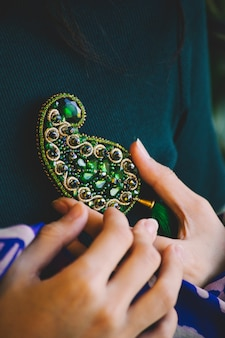 Zielona biżuteria z kamienia w kształcie buta