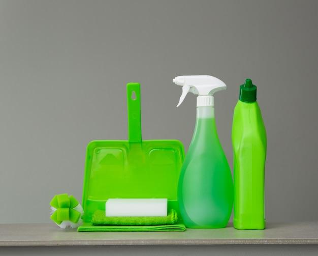 Zielona butelka na detergent do toalety, butelki z rozpylaczem, pędzla, gąbki, miarki i kurzu