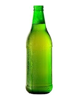 Zielona butelka piwa na białym tle. ścieżka przycinająca