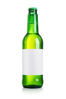 Zielona butelka piwa z czystą papierową etykietą na białym tle.