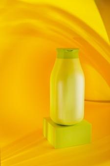 Zielona butelka szamponu na żółtym tle makieta