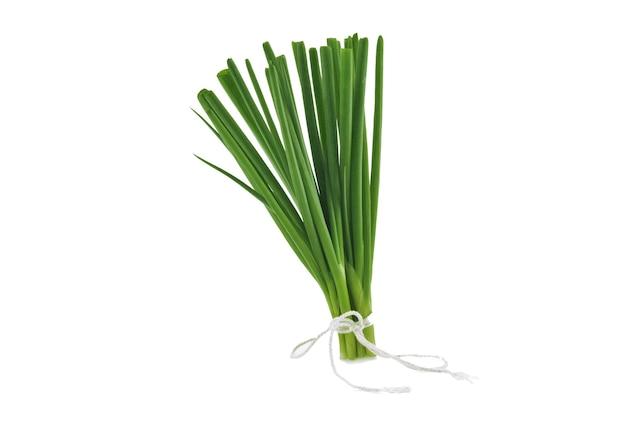 Zielona cebula na białym tle na białym tle