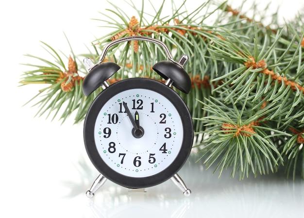 Zielona choinka i zegar na białym tle