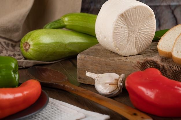 Zielona, czerwona papryka z czosnkiem i białym serem