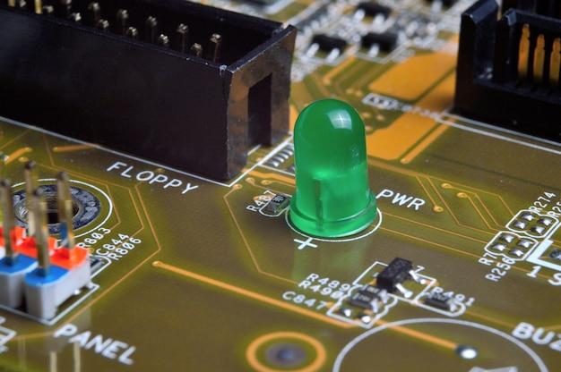 Zielona dioda led na płycie głównej komputera