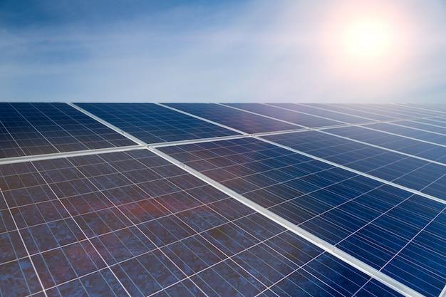 Zielona energia, panele słoneczne z niebieskim niebem