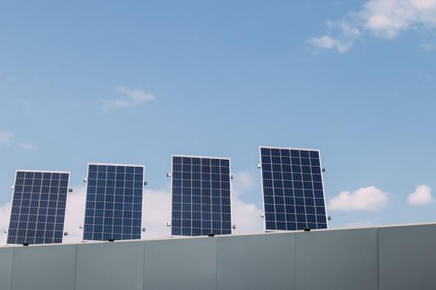 Zielona energia panelu ogniwa słonecznego na dachu domu w niebieskim niebie i świetle słonecznym