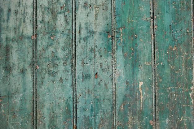 Zielona farba z drewnianej powierzchni