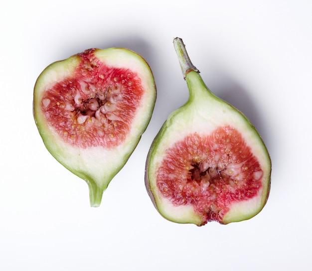 Zielona figa na białym tle
