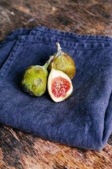 Zielona figa na rustykalnym stole