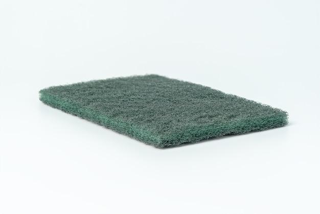 Zielona gąbka do mycia naczyń na białym tle