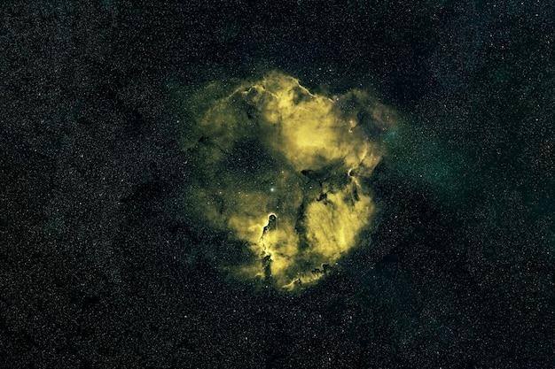 Zielona galaktyka w kosmosie. elementy tego obrazu dostarczone przez nasa. zdjęcie wysokiej jakości