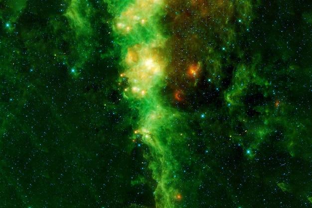Zielona galaktyka w kosmosie. elementy tego obrazu dostarczyła nasa. zdjęcie wysokiej jakości