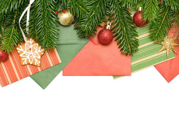 Zielona gałąź, karty okolicznościowe, złota gwiazda i dekoracja - tło boże narodzenie