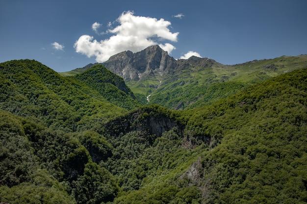 Zielona góra w armenii pod abstrakcyjnym niebem
