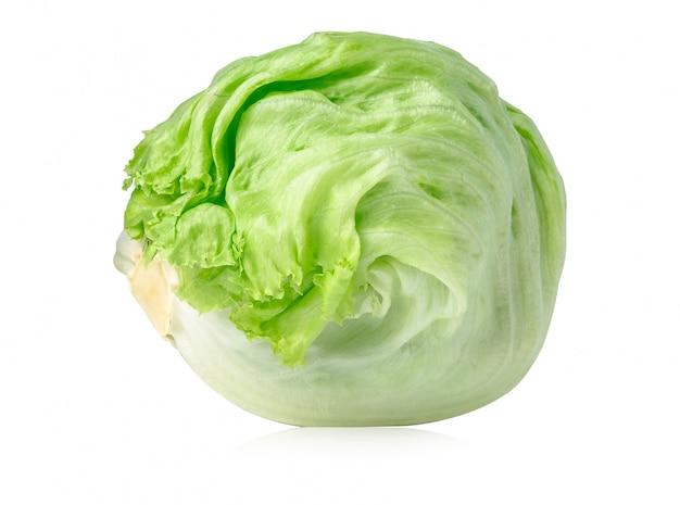 Zielona góry lodowa sałata na białym tle