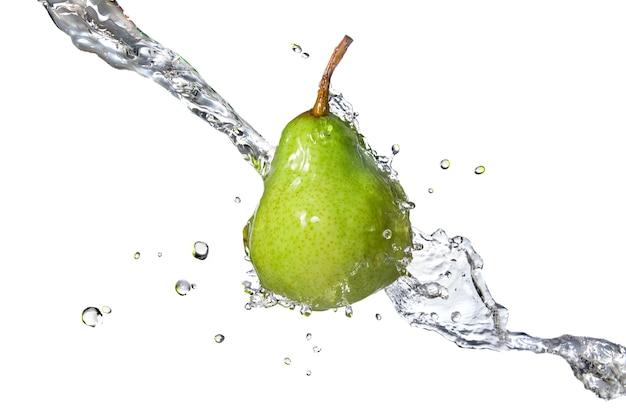 Zielona gruszka z pluskiem wody na białym tle