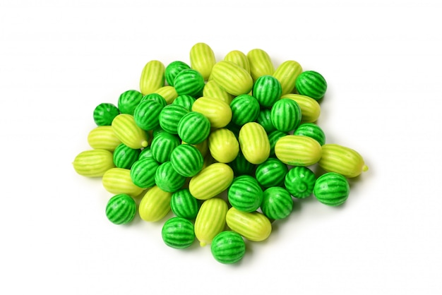 Zielona guma do żucia na białym tle.