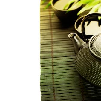 Zielona herbata i pałeczki do jedzenia