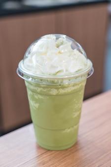 Zielona herbata latte frappe