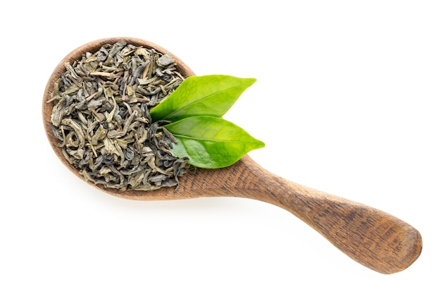 Zielona herbata liści łyżka na białym tle.