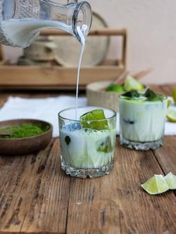 Zielona herbata matcha z lodem w szklance