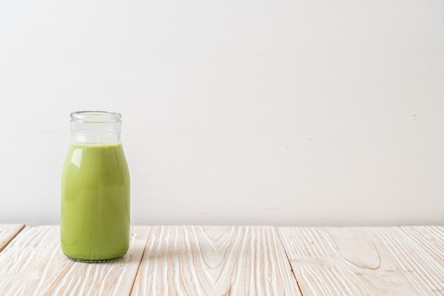 Zielona herbata matcha z mlekiem